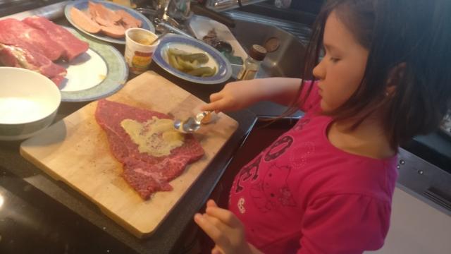 Plátky masa důkladně potřeme hořčicí.